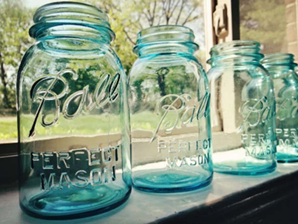 Scatter ashes using mason jar